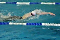 Orenburg, Rússia - 13 de novembro de 2016: As meninas competem na natação do estilo livre Fotos de Stock Royalty Free