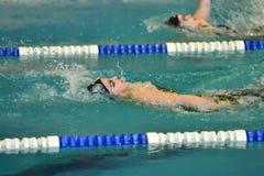 Orenburg, Rússia - 13 de novembro de 2016: As meninas competem na natação na parte traseira Foto de Stock