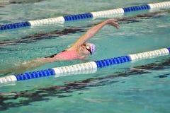Orenburg, Rússia - 13 de novembro de 2016: As meninas competem na natação na parte traseira Fotos de Stock Royalty Free