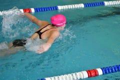 Orenburg, Rússia - 13 de novembro de 2016: As meninas competem no estilo da borboleta da natação Foto de Stock Royalty Free
