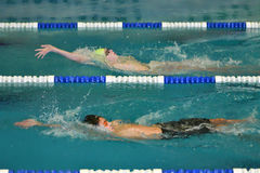 Orenburg, Rússia - 13 de novembro de 2016: Os meninos competem na natação na parte traseira Imagem de Stock