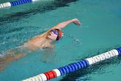 Orenburg, Rússia - 13 de novembro de 2016: Os meninos competem na natação na parte traseira Imagens de Stock Royalty Free