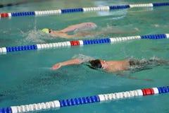 Orenburg, Rússia - 13 de novembro de 2016: Os meninos competem na natação na parte traseira Imagem de Stock Royalty Free