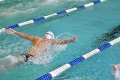 Orenburg, Rússia - 13 de novembro de 2016: Os meninos competem no estilo da borboleta da natação Imagens de Stock