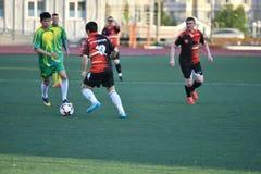 Orenburg, Rússia, o 8 de junho de 2017 ano: Futebol do jogo dos homens Fotografia de Stock