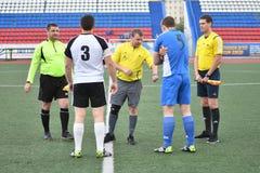 Orenburg, Rússia, o 8 de junho de 2017 ano: Futebol do jogo dos homens Imagem de Stock