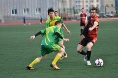 Orenburg, Rússia, o 8 de junho de 2017 ano: Futebol do jogo dos homens Imagens de Stock Royalty Free