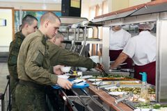 Orenburg, Rússia, sala de jantar em uma unidade militar 05 16 2008 imagem de stock