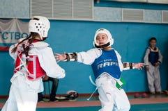 Orenburg, Rússia - 23 04 2016: Taekwondo compete meninas Fotos de Stock Royalty Free
