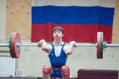 Orenburg, Rosja †'16 01 2016: Ciężkie atletyka współzawodniczą przeciw chłopiec Obraz Royalty Free