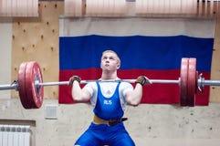 Orenburg, Rosja †'16 01 2016: Ciężkie atletyka współzawodniczą przeciw chłopiec Zdjęcia Royalty Free