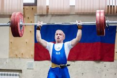 Orenburg, Rosja †'16 01 2016: Ciężkie atletyka współzawodniczą przeciw chłopiec Zdjęcia Stock