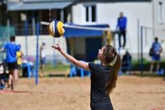 Orenburg, Rosja, 9-10 Czerwa 2017 rok: Dziewczyna bawić się plażową siatkówkę Obrazy Stock