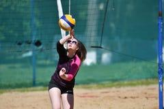 Orenburg, Rosja, 9-10 Czerwa 2017 rok: Dziewczyna bawić się plażową siatkówkę Obrazy Royalty Free