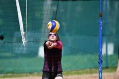 Orenburg, Rosja, 9-10 Czerwa 2017 rok: Dziewczyna bawić się plażową siatkówkę Fotografia Stock