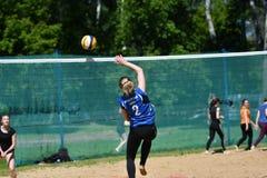 Orenburg, Rosja, 9-10 Czerwa 2017 rok: Dziewczyna bawić się plażową siatkówkę Zdjęcia Royalty Free