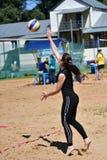 Orenburg, Rosja, 9-10 Czerwa 2017 rok: Dziewczyna bawić się plażową siatkówkę na miasto turnieju Plażowej siatkówki ï ¿ ½ Sandsï  Zdjęcia Stock