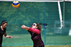 Orenburg, Rosja, 9-10 Czerwa 2017 rok: Dziewczyna bawić się plażową siatkówkę na miasto turnieju Plażowej siatkówki ï ¿ ½ Sandsï  Obrazy Stock