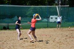Orenburg, Rosja, 9-10 Czerwa 2017 rok: Dziewczyna bawić się plażową siatkówkę na miasto turnieju Plażowej siatkówki ï ¿ ½ Sandsï  Obraz Stock