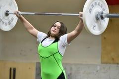 Orenburg, Rosja, Grudnia 16, 2017 rok: dziewczyny współzawodniczą w weightlifting Zdjęcie Royalty Free