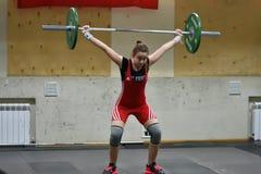 Orenburg, Rosja, Grudnia 16, 2017 rok: dziewczyny współzawodniczą w weightlifting Obrazy Royalty Free