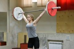 Orenburg, Rosja, Grudnia 16, 2017 rok: dziewczyny współzawodniczą w weightlifting Fotografia Stock