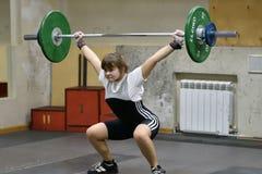 Orenburg, Rosja, Grudnia 16, 2017 rok: dziewczyny współzawodniczą w weightlifting Zdjęcie Stock