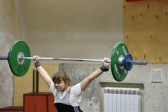 Orenburg, Rosja, Grudnia 16, 2017 rok: dziewczyny współzawodniczą w weightlifting Obraz Royalty Free