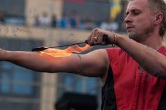 Orenburg, Rosja - 25 07 2014: Kuglarskie palenie pochodnie Obraz Stock
