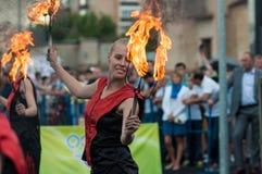 Orenburg, Rosja - 25 07 2014: Kuglarskie palenie pochodnie Zdjęcie Royalty Free