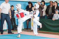 Orenburg, Rosja - 23 2016 Kwiecień: Chłopiec współzawodniczą w Taekwondo Zdjęcia Stock