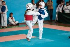 Orenburg, Rosja - 23 2016 Kwiecień: Taekwondo współzawodniczy dziewczyny Obrazy Stock