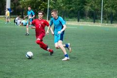 Orenburg, Rosja - 9 2016 Lipiec: Chłopiec sztuki futbol Fotografia Stock