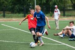 Orenburg, Rosja - 9 2016 Lipiec: Chłopiec sztuki futbol Obrazy Stock