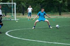 Orenburg, Rosja - 9 2016 Lipiec: Chłopiec sztuki futbol Zdjęcia Stock