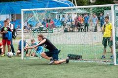 Orenburg, Rosja - 9 2016 Lipiec: Chłopiec sztuki futbol Zdjęcia Royalty Free