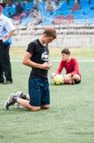 Orenburg, Rosja - 9 2016 Lipiec: Chłopiec sztuki futbol Fotografia Royalty Free