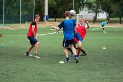 Orenburg, Rosja - 9 2016 Lipiec: Chłopiec sztuki futbol Obrazy Royalty Free