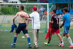Orenburg, Rosja - 9 2016 Lipiec: Chłopiec sztuki futbol Zdjęcie Royalty Free