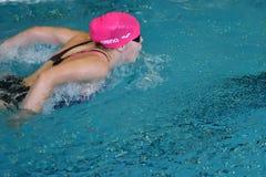 Orenburg, Rosja - 13 2016 Listopad: Dziewczyny współzawodniczą w pływackim motyla stylu Zdjęcia Royalty Free