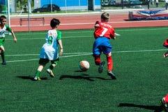 Orenburg, Rosja - 31 2015 Maj: Chłopiec i dziewczyn sztuki piłka nożna Obrazy Royalty Free