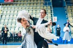 Orenburg, Rosja - 24 2015 Maj: Dziewczyny i chłopiec taniec Fotografia Royalty Free