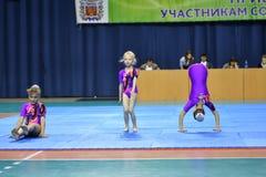 Orenburg, Rosja, 26-27 Maja 2017 rok: dziewczyna współzawodniczy w sport akrobacjach Zdjęcia Stock