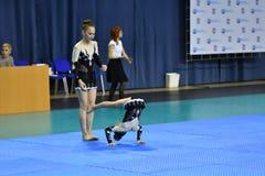 Orenburg, Rosja, 26-27 Maja 2017 rok: dziewczyna współzawodniczy w sport akrobacjach Zdjęcie Royalty Free