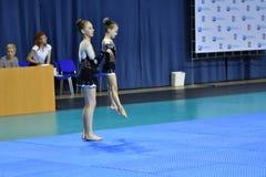 Orenburg, Rosja, 26-27 Maja 2017 rok: dziewczyna współzawodniczy w sport akrobacjach Fotografia Royalty Free