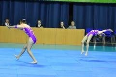 Orenburg, Rosja, 26-27 Maja 2017 rok: dziewczyna współzawodniczy w sport akrobacjach Obraz Royalty Free
