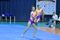 Orenburg, Rosja, 26-27 Maja 2017 rok: dziewczyna współzawodniczy w sport akrobacjach Obrazy Royalty Free