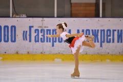 Orenburg Rosja, Marzec, - 25, 2017 rok: Dziewczyny współzawodniczą w łyżwiarstwie figurowe Obrazy Royalty Free