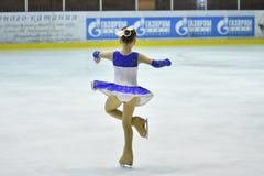 Orenburg Rosja, Marzec, - 25, 2017 rok: Dziewczyny współzawodniczą w łyżwiarstwie figurowe Zdjęcia Royalty Free