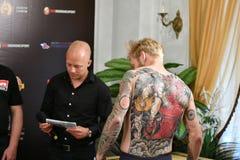 Orenburg Rosja, rok, - Czerwa 14, 2018: Urzędnik w wojownik mieszanych sztukach samoobrony Fotografia Royalty Free